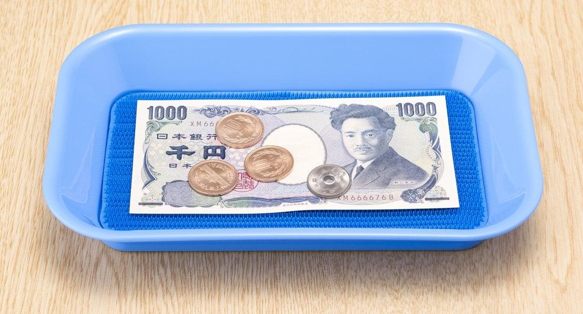 En Japón el efectivo siempre se deposita en estas bandejitas