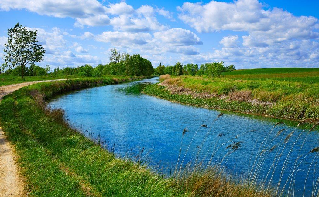 Descubre Castilla a bordo de un crucero fluvial por el Canal de Castilla