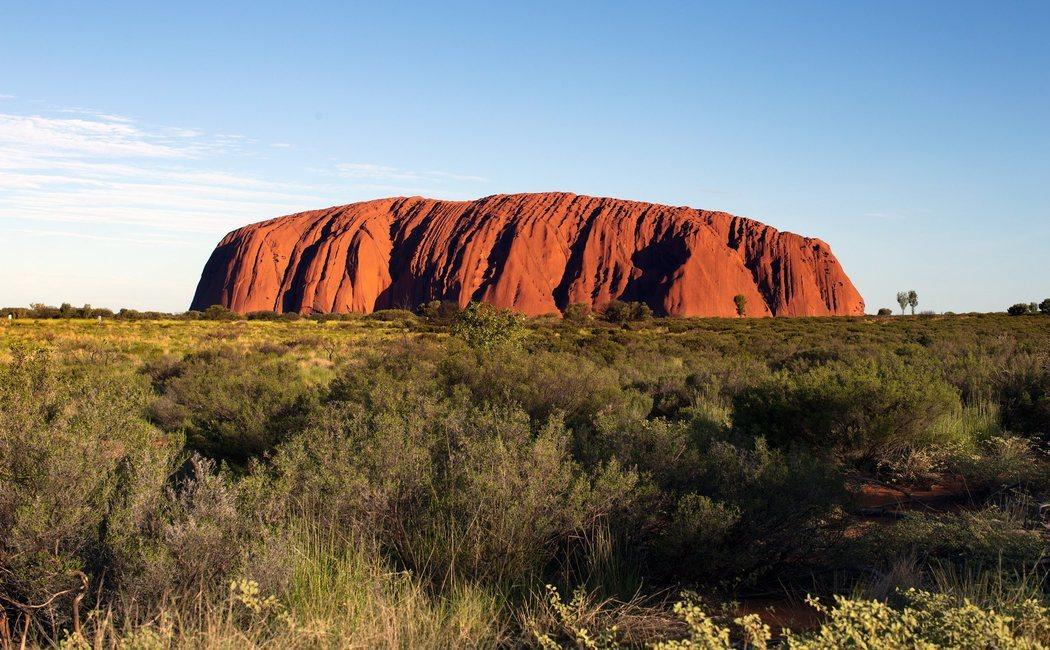 Dónde está y cómo llegar a Uluru (Ayers Rock), la formación rocosa de Australia que desprende magia