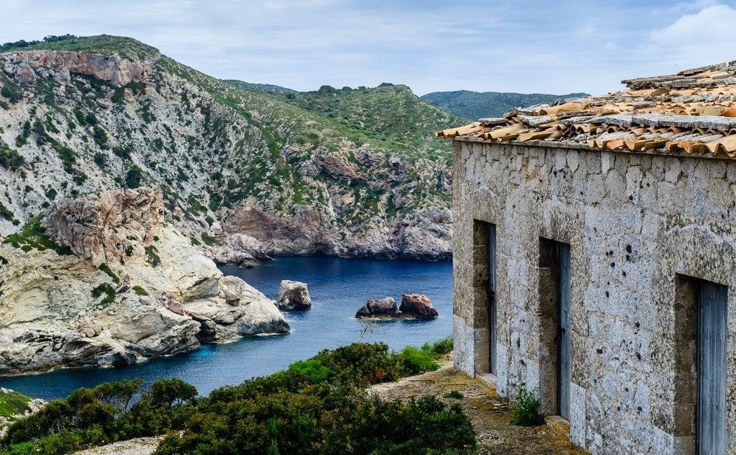 Qué ver y cómo llegar a Cabrera, una isla mágica y llena de secretos en Baleares