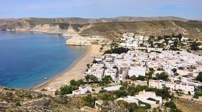 Un paseo por Agua Amarga: de la belleza del pueblo a sus impresionantes playas