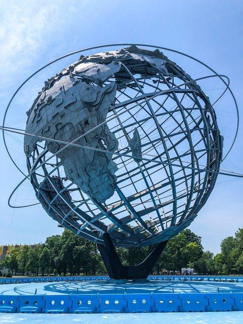 La bola del mundo en Flushing Meadows Corona Park en Queens, Nueva York