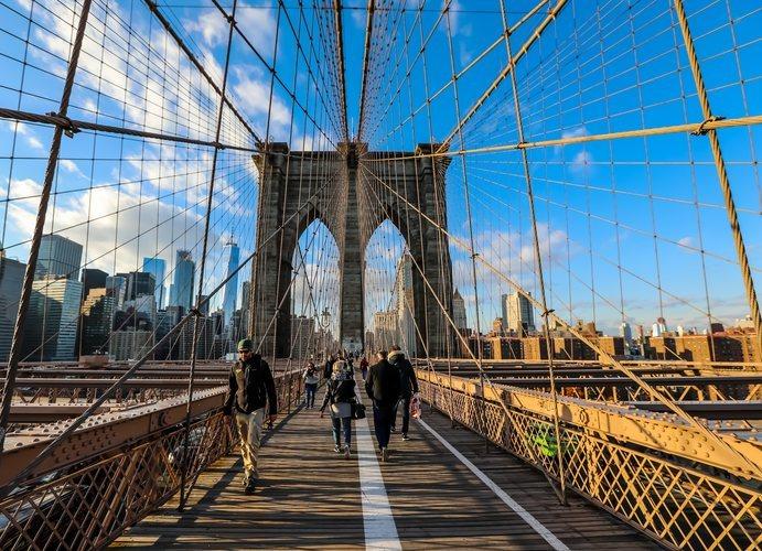 Uno de los arcos del Puente de Brooklyn que une Manhattan con Brooklyn en Nueva York