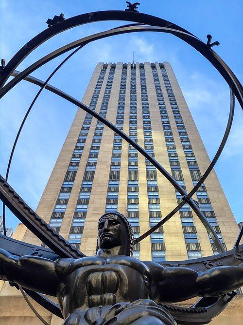 La estatua de Zeus, en la Quinta Avenida de Nueva York con el edificio Rockefeller de fondo