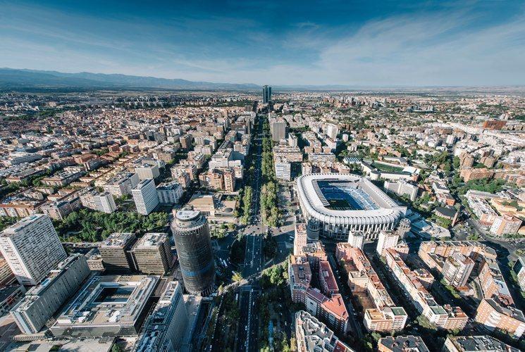 El Paseo de la Castellana con el estadio Santiago Bernabéu del Real Madrid en primer plano a la derecha.
