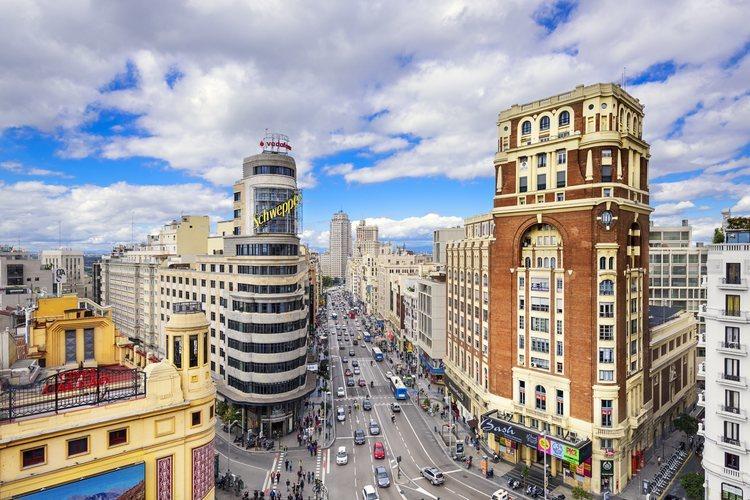 Vista de la Gran Vía y el edificio Schweppes desde la Plaza de Callao de Madrid