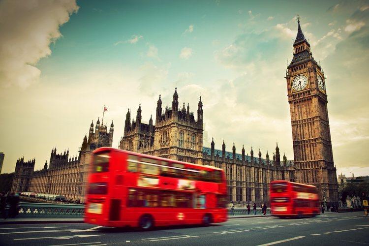El Big Ben y Houses of Parliament con el clásico bus londinense en primer plano.