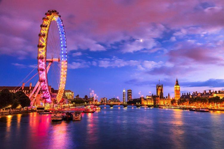 La noria London Eye al atardecer sobre el río Támesis en Londres.