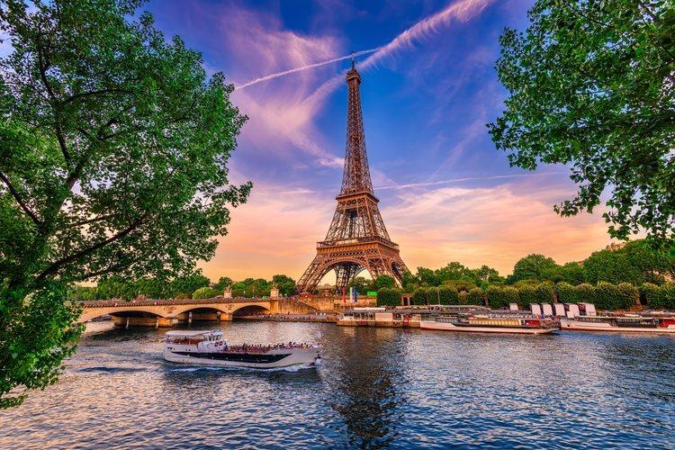 La Torre Eiffel de París con vistas del río Sena.