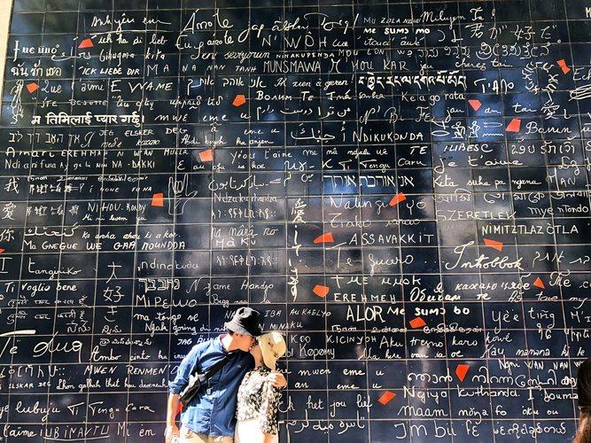 La pared del amor en el barrio de Montmartre en el barrio de Montmartre en París