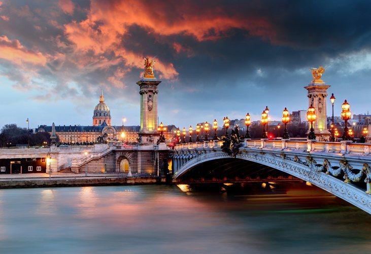 El puente Alexander III de París al atardecer.