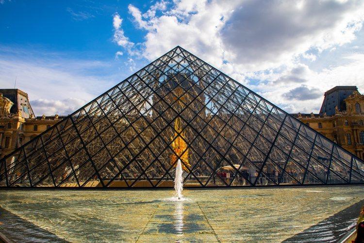 La pirámide del museo del Louvre de París