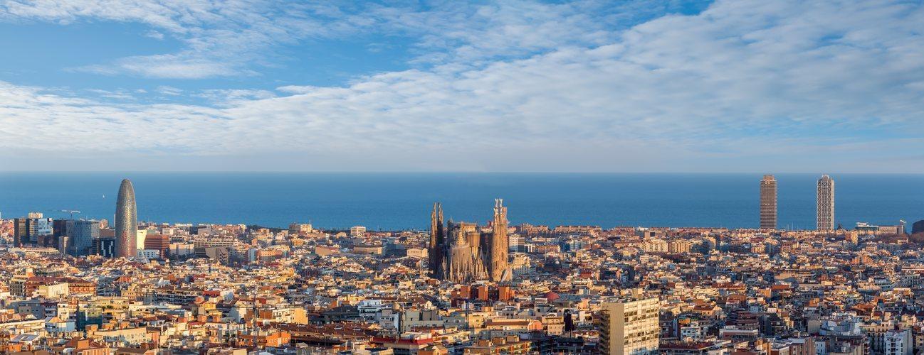 Vista de Barcelona con la Torre Agbar, la Sagrada Familia y las Torres de la Vila Olímpica sobresaliendo
