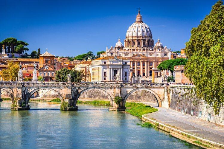 El Río Tiber de Roma con la cúpula de San Pedro de fondo.