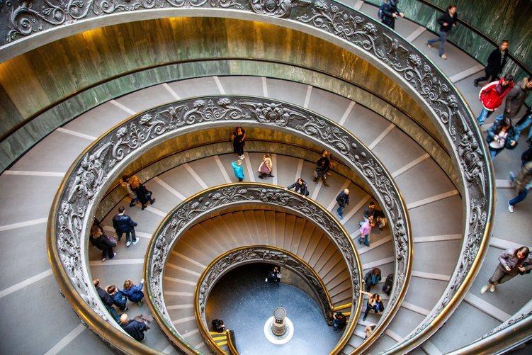 La escalera del Museo Vaticano de Roma