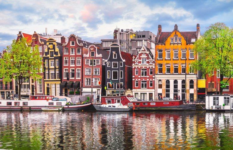 Vista de una calle de Amsterdam con sus tradicionales casas y sus canales