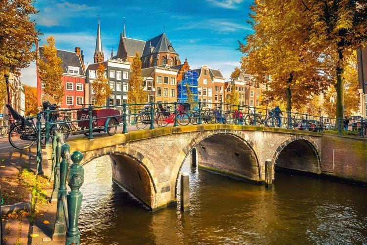 Puente sobre un canal de Amsterdam.