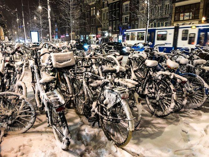 Bicicletas nevadas en la ciudad de Amsterdam