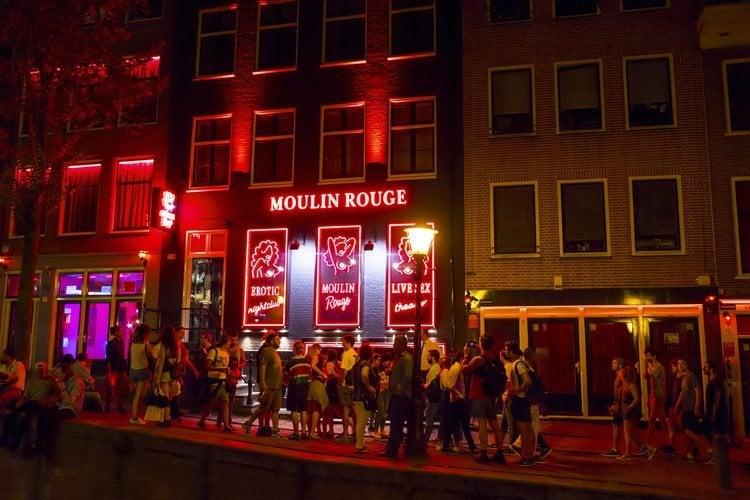 El característico barrio rojo de Amsterdam de noche.