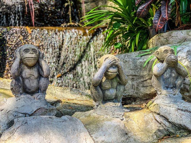 Estatua de los tres monos en el templo de Wat Saket en Bangkok