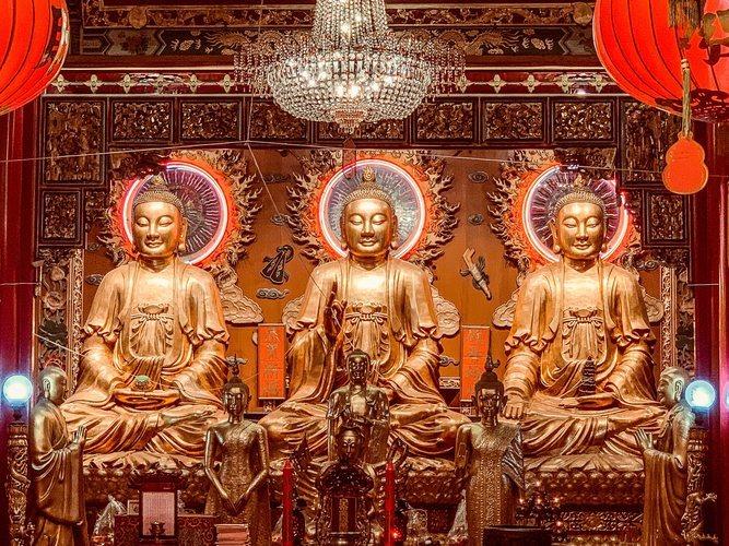 Estatuas en Mangkon Road en Bangkok