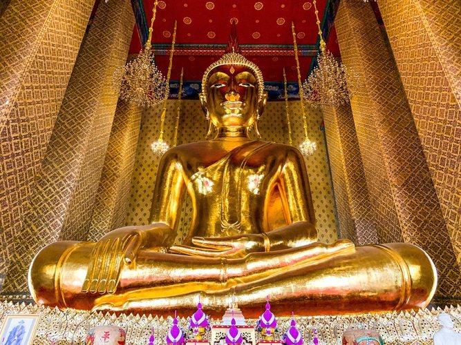 Una estatua budista en el templo de Wat Kalayanamitr en Bangkok