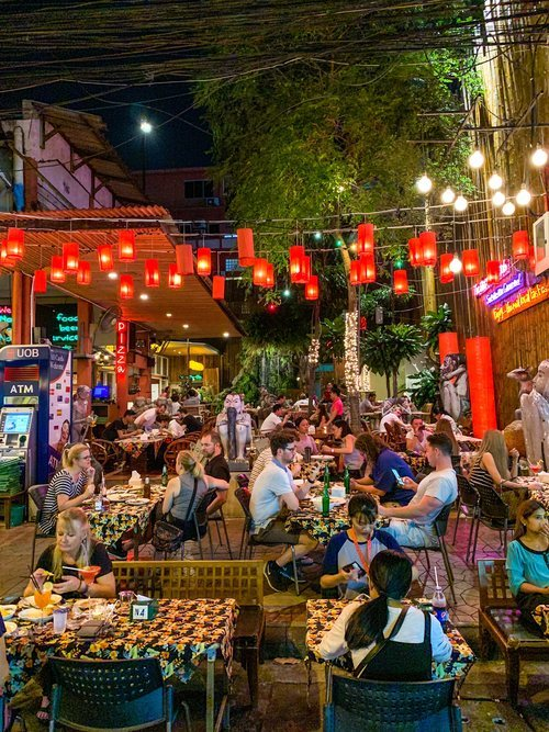 Restaurante al aire libre en la calle Rambuttri en Bangkok