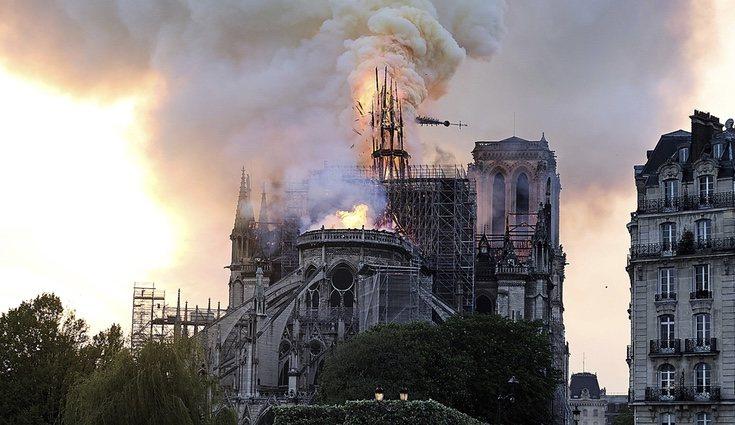 La catedral de Notre Dame en París durante el incendio del 15 de abril de 2019