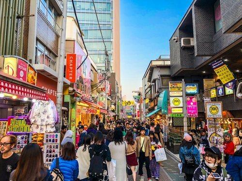 La calle Takeshita es una de las más concurridas de Tokio, con adolescentes y turistas paseando por sus pintorescas tiendas.